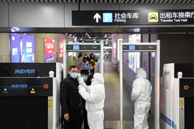 合肥地铁安检人员首次配备隔离服检测进站乘客体温