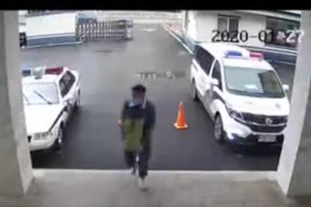 安徽省六安市小伙往警察局送口罩 丢下500口罩就跑