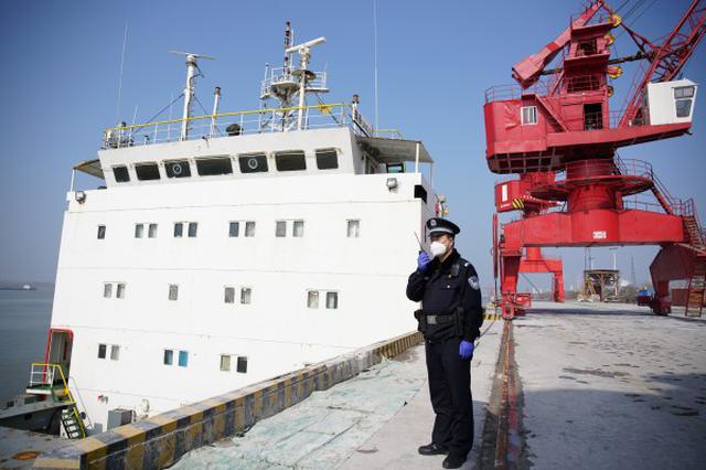 铜陵边检站完成疫情期安徽口岸首艘出入境船舶边检勤务