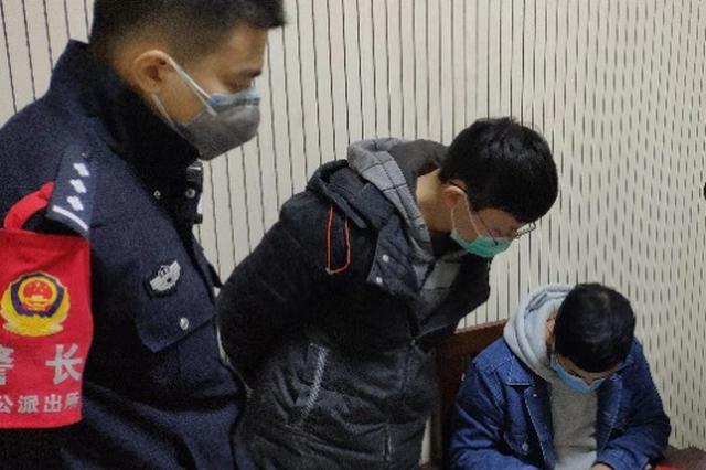 两男子无通行证翻墙进出小区被罚 民警:再忍一忍