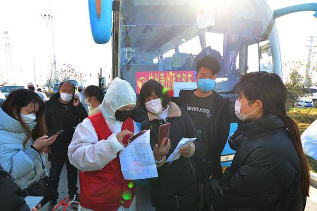 """安徽阜南:""""点对点""""包车接农民工返岗复工"""