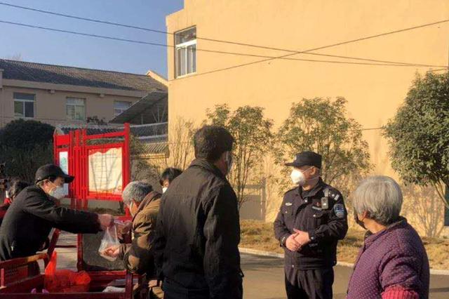 """临近退休的老党员民警坚守社区防疫""""堡垒"""""""