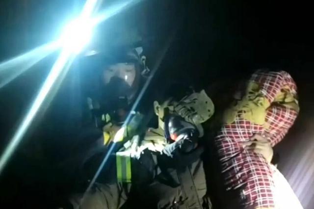居民楼失火一家人被困 消防员闯火场成功救人