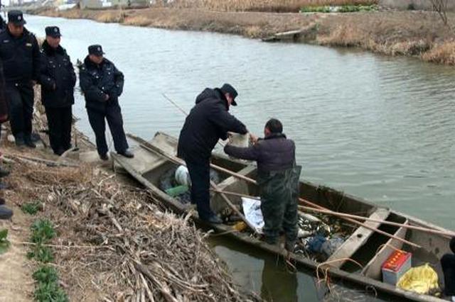 长江非法电捕鱼300余条 犯罪嫌疑人被抓现行