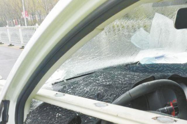 男子开车睡着撞断护栏 断杆直刺入驾驶室