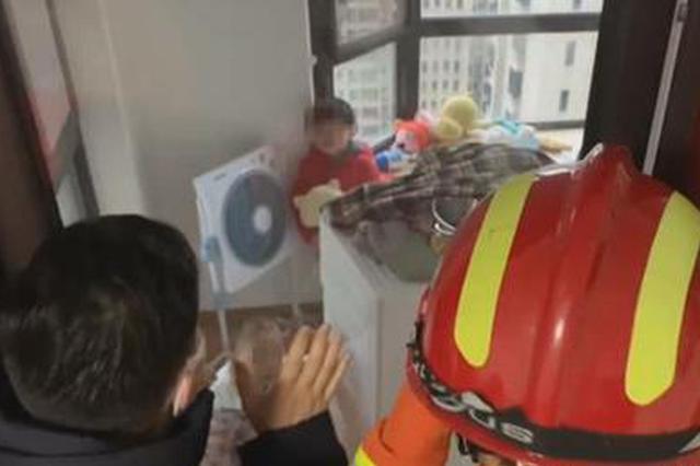 两个萌娃被反锁阳台 消防员两分钟破门救出