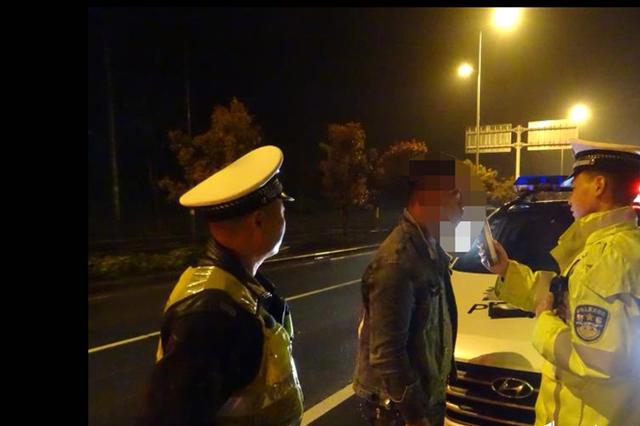 """酒司机雨天侥幸上路 交警队门口""""撞个正着"""""""