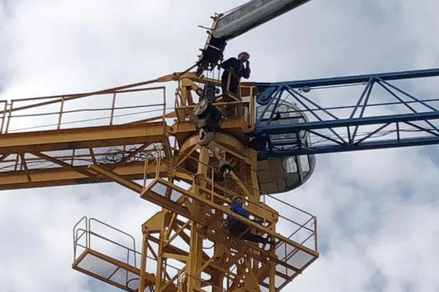 合肥一工地塔吊发生事故 消防员救出伤者