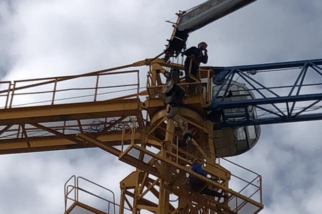 工地塔吊与吊钩相撞 消防员30米高空救人