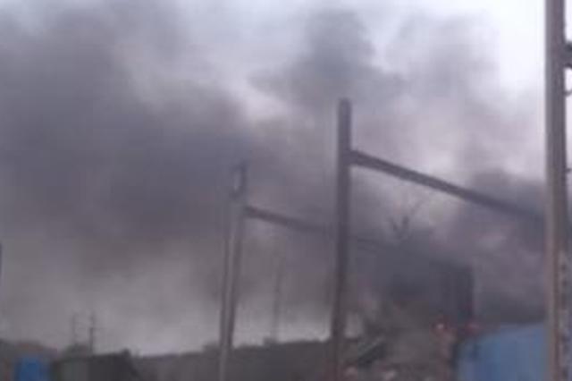 安徽蚌埠:废品收购仓库突然起火 消防火速处置