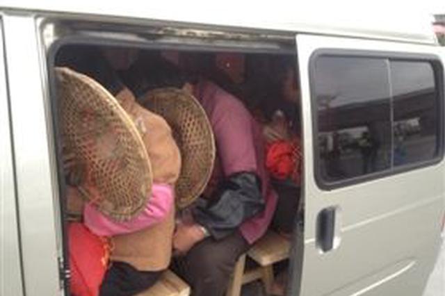 核载7人的员工交通车被塞进26人