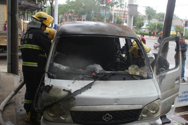 面包车行驶中突起大火 消防员紧急扑救