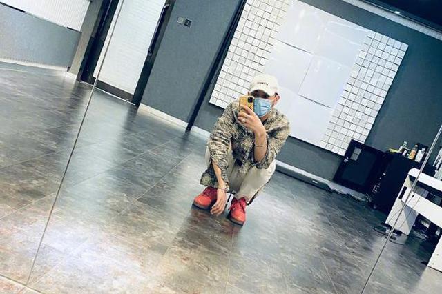 黄子韬分享练习室自拍 蹲地上慵懒对镜酷范儿十足