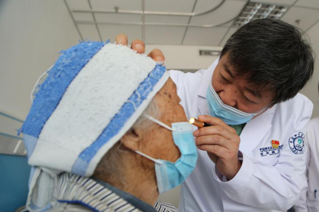 中国科大附一院专家赴临泉为贫困白内障患者手术复明