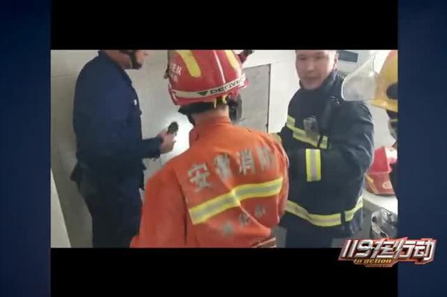安徽淮北:小男孩坠入烟道 消防破拆救人