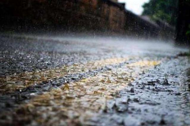 安徽暴雨致淹没电动车 外卖小哥被困水中自拍求救