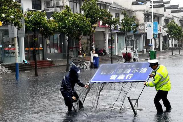 暴雨来袭 合肥交警水中拉起警戒线