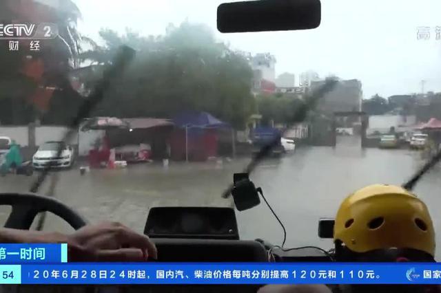 安徽淮南:局部内涝严重 多部门联合救援