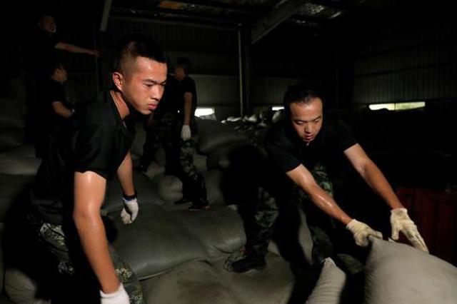 武警安徽总队官兵帮助受灾茶厂挽回经济损失