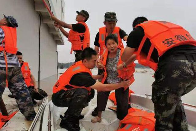 武警芜湖支队官兵救出楼顶被困老人5分钟后洪峰抵达