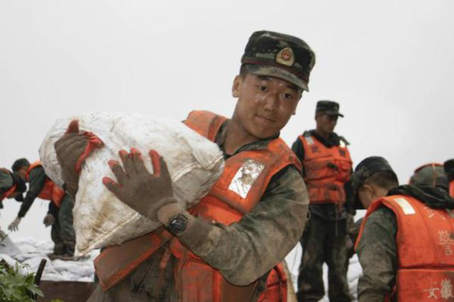 长江水位持续上涨 武警官兵兵分三路展开救援行动