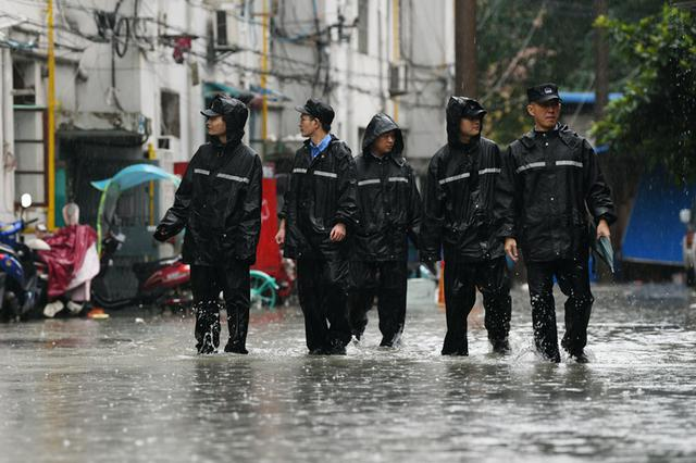 政务区两处老小区被淹 民警深入积水排险救援