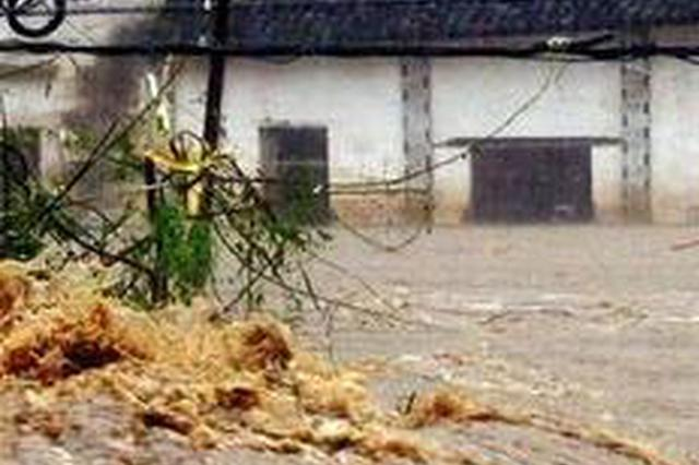 安徽含山:村庄被淹 紧急疏散百余名群众