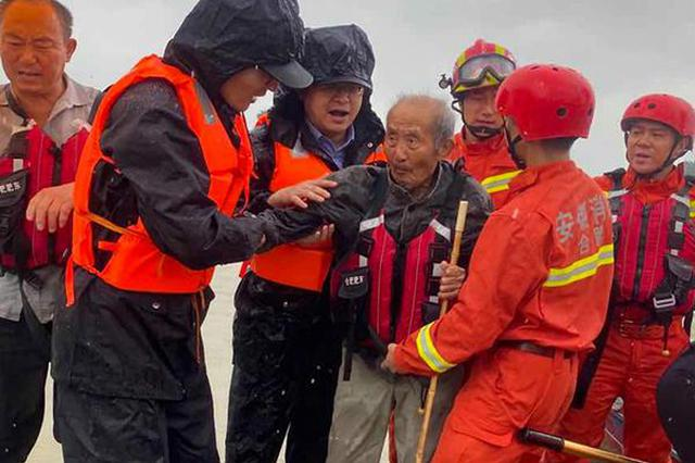 肥东:群众暴雨被困 民警 消防乘舟营救