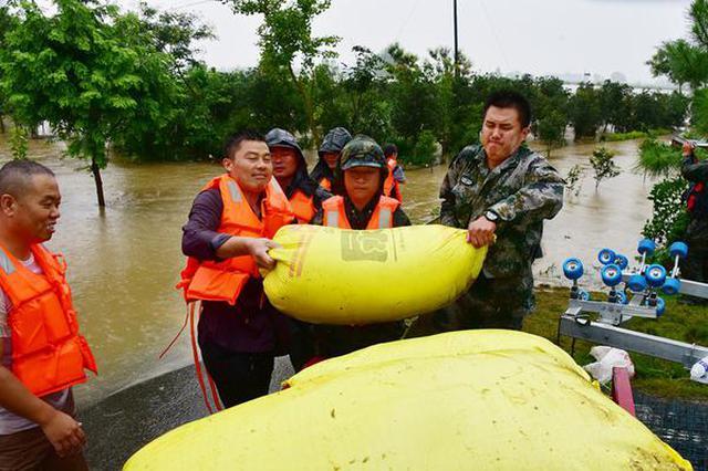 安徽阜南:为受困群众转移财物