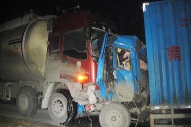 安徽亳州:司机疲劳驾驶 货车追尾槽罐车起火