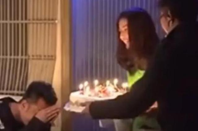 高圆圆意外现身黄海波生日宴 手捧蛋糕为其庆生