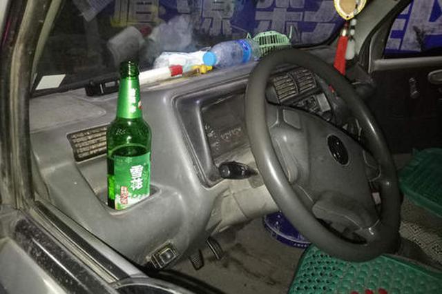 """""""奇葩""""司机边开车边喝酒 寿县交警依法处罚"""