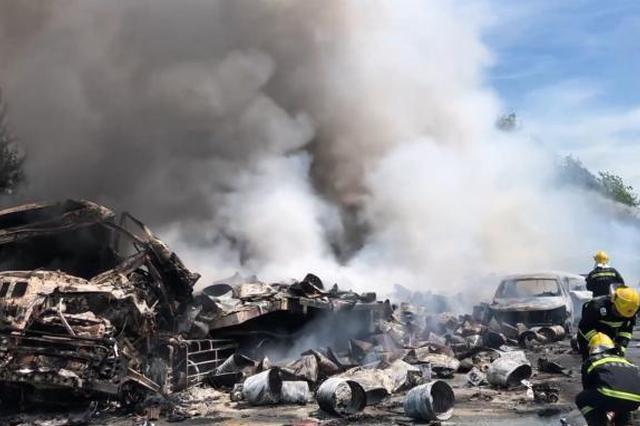 安徽一槽罐车被追尾后起火:车载装30吨乙醇致2人死亡