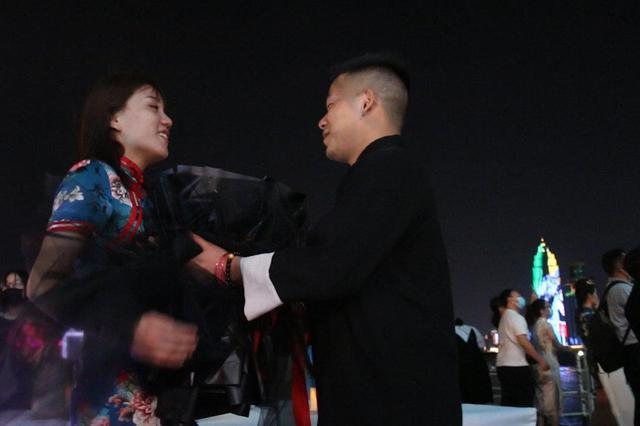 安徽退役军人在武汉轮船求婚