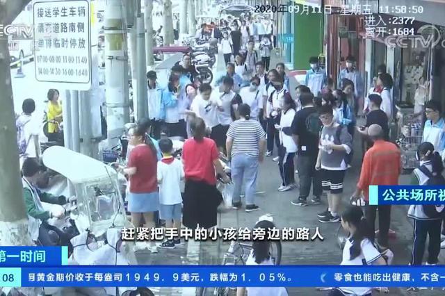 安徽阜阳:遇老人晕倒 男子把孩子塞给路人紧急施救