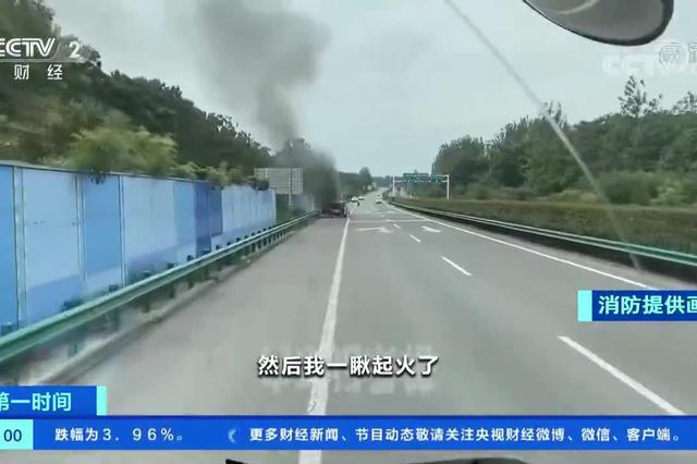 安徽亳州:轮胎老化 面包车行驶中突然起火