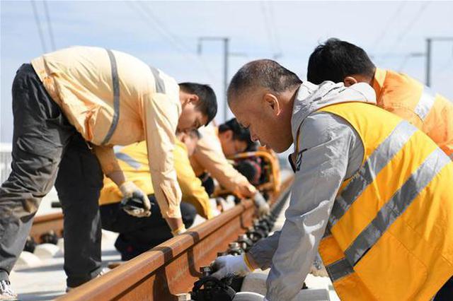 合肥:高铁线路工的假日坚守