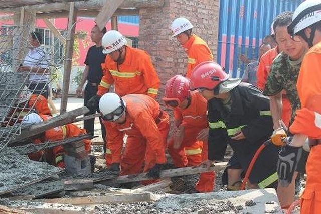 工人被埋 救援人员徒手施救