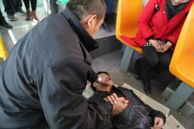 旅客突发疾病 众人合力救助