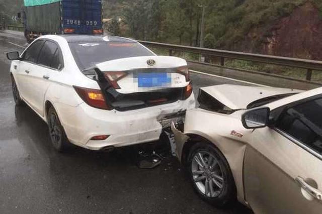 高速追尾两车紧贴 驾驶员被困其中