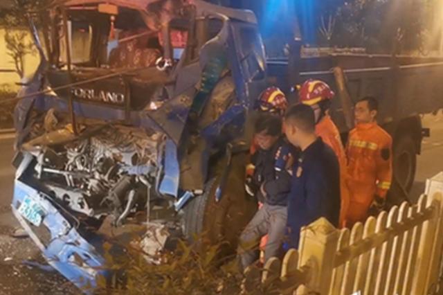 两车追尾致一人被困合肥消防紧急救援