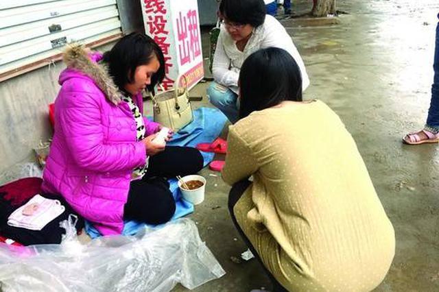 女子流浪街头志愿者助她回家