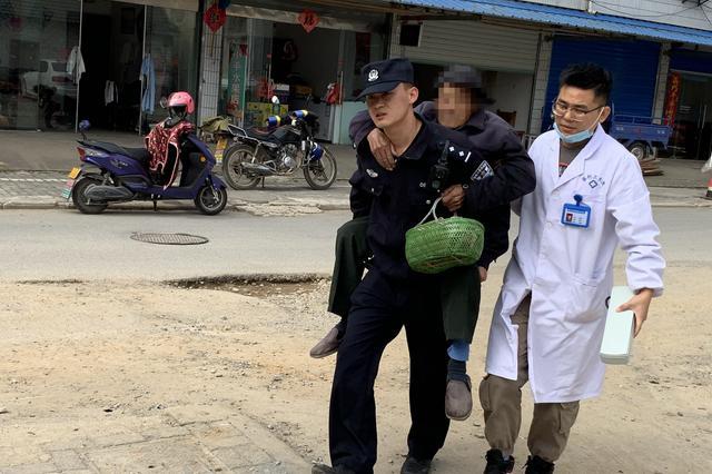 耄耋老人当街晕倒 民警背起跑步送医