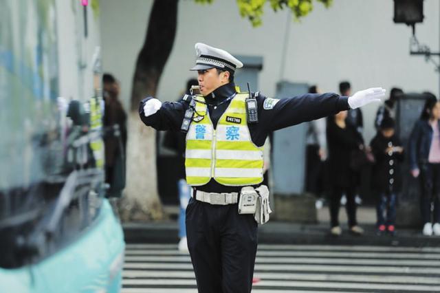 暖心交警在身边 温情守护一座城