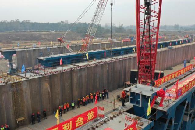 引江济淮工程淠河总干渠渡槽左幅顺利合龙
