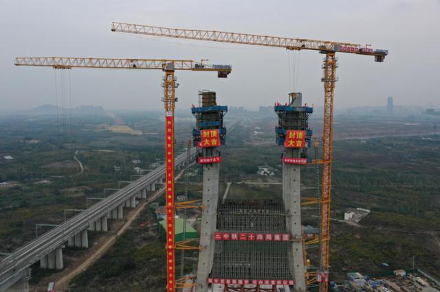 合肥:引江济淮将军岭路桥主塔封顶