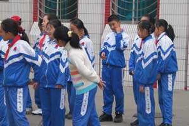 阜阳:退休教师为184名学生买校服