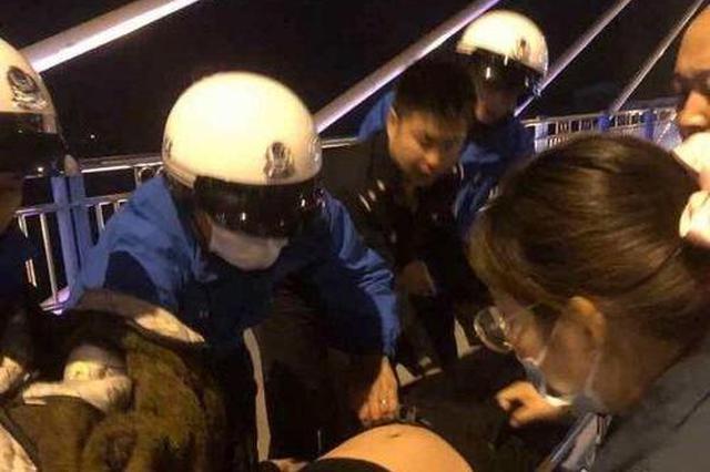 男子醉卧桥沿命悬一线 民警奋勇救援转危为安