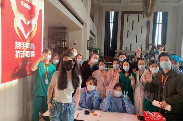 刘亦菲隔离结束晒与防疫人员合影