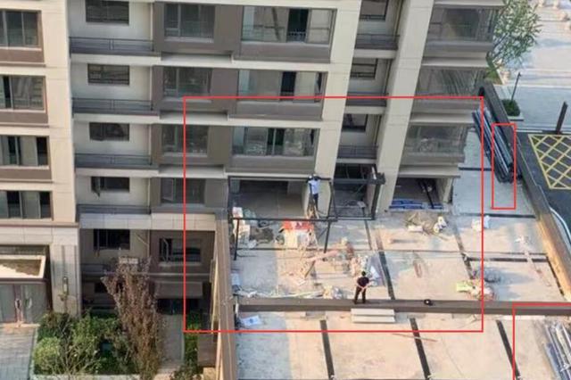 楼栋尚未交付 为何有人在户外平台擅自搭建